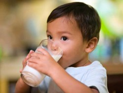 چگونه می توانیم به محکم شدن استخوان کودک کمک کنیم؟